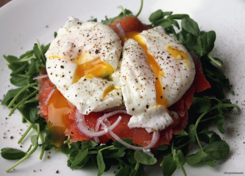 Салат с лососем, яйцом и авокадо